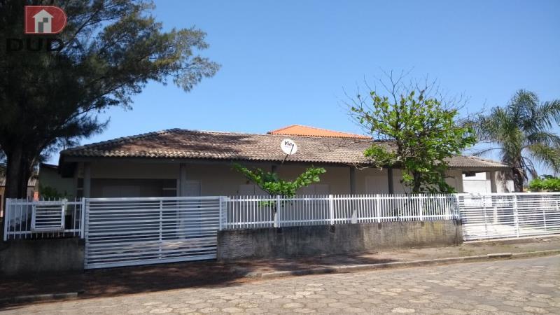 Casa de alvenaria com 03 dormitórios sendo 01 síte, sala de estar, cozinha, 02 bwcs, garagem com churrasqueira. Localizada próximo ao Mercado Beira Mar.