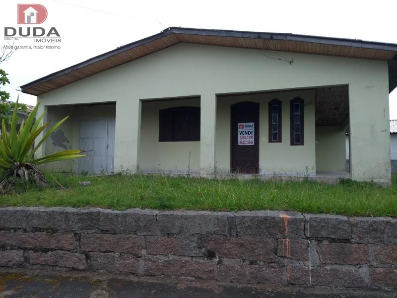 Casa de alvenaria com 03 dormitórios, sala de estar e jantar, cozinha, área de serviço, bwc, varanda e garagem. Localizada próximo ao Mercado Lino.