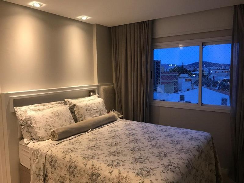 Quarto Suíte com cama e painel com detalhes em gesso no teto