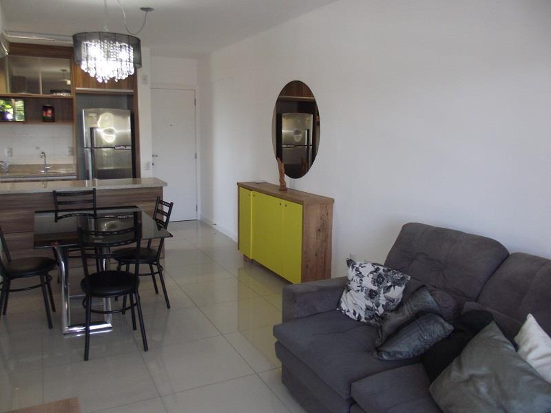 Sala ampla com sofá, ar condicionado split instalado, mesa 04 cadeiras, rack com TV LCD.