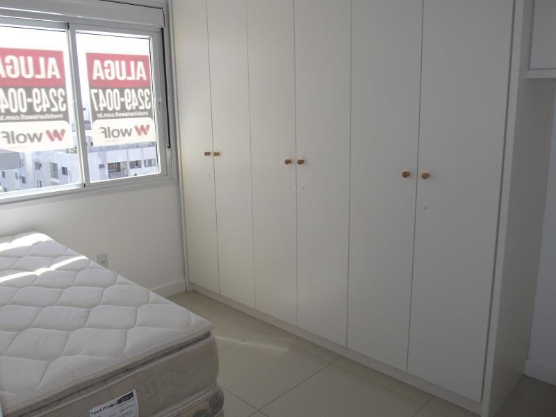 Quarto de solteiro com cama de solteiro e armários