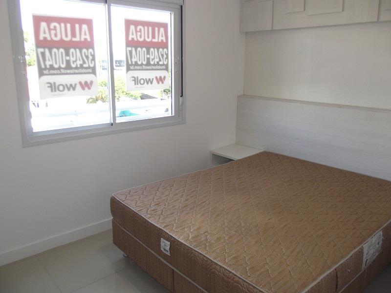 Suíte com cama de casal e armários planejados, split instalado