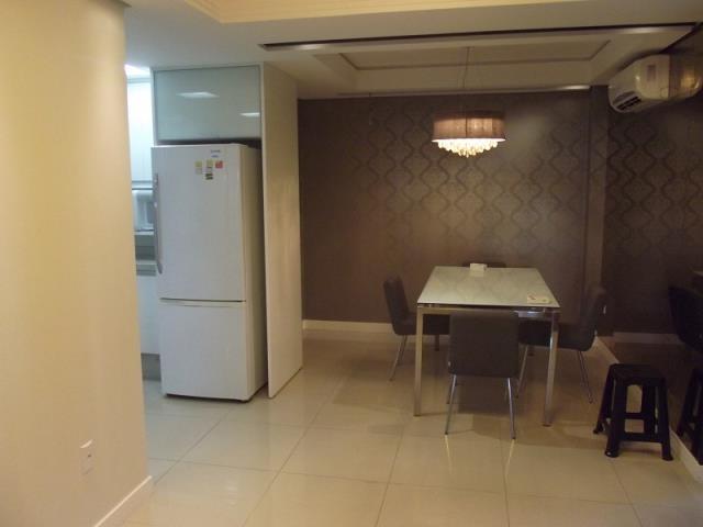 Sala com Split instalado e mesa com linda decoração