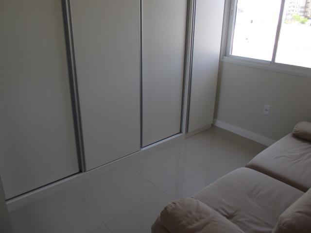 Quarto 01 com sofá cama e armários com Split Instalado.