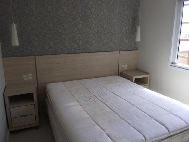 Quarto de Casal com painel, papel de parede, Split Instalado, Cama Box de Casal e Armários.