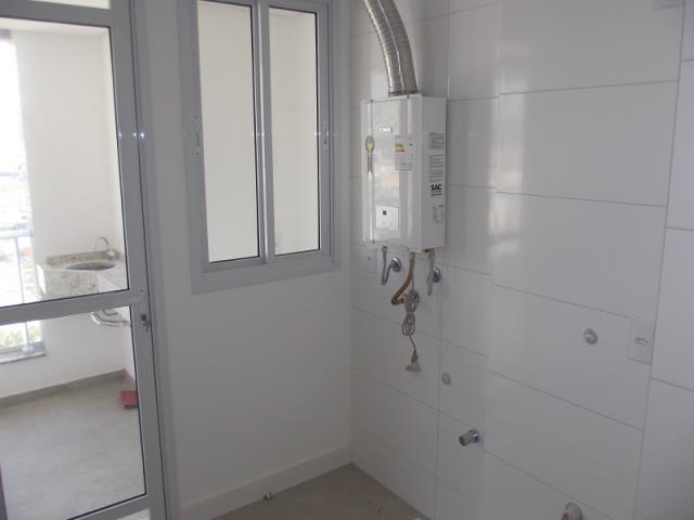 Área de serviço com acesso a sacada com aquecedor a gás instalado