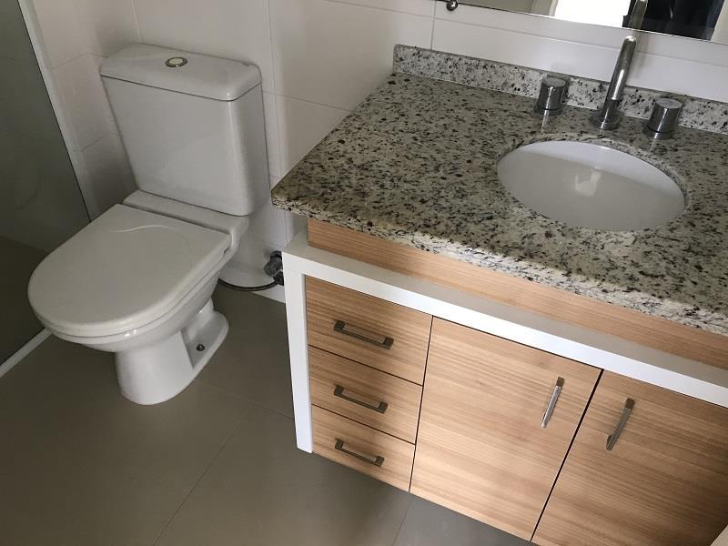 Banheiro Social com armários, espelho e box