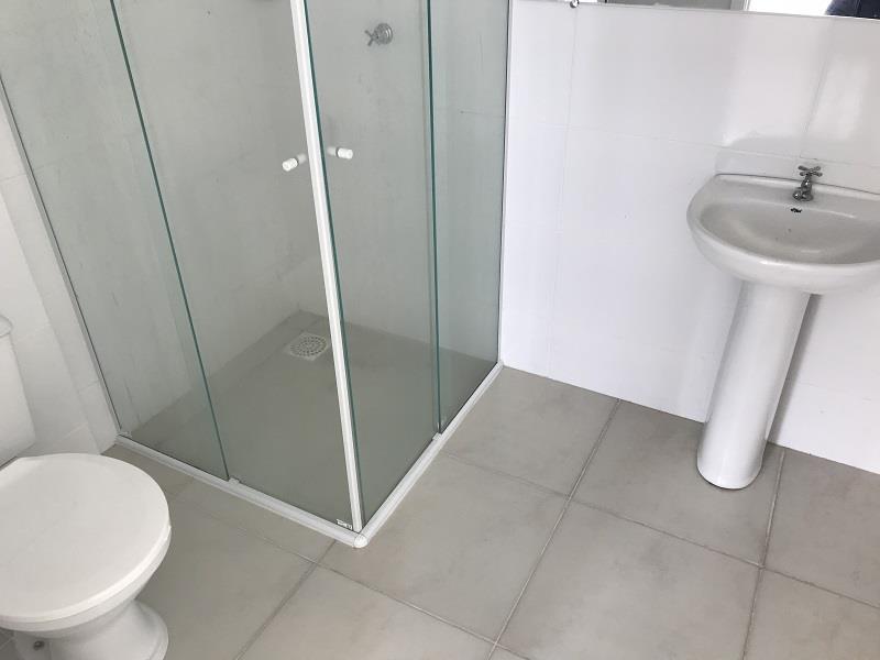 Banheiro Social com box em vidro e pia