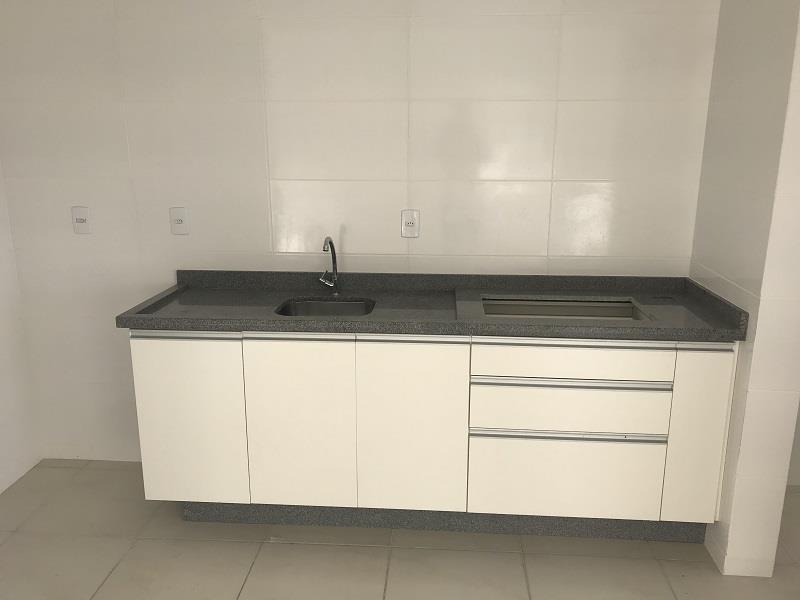 Cozinha com armário e pia instalada