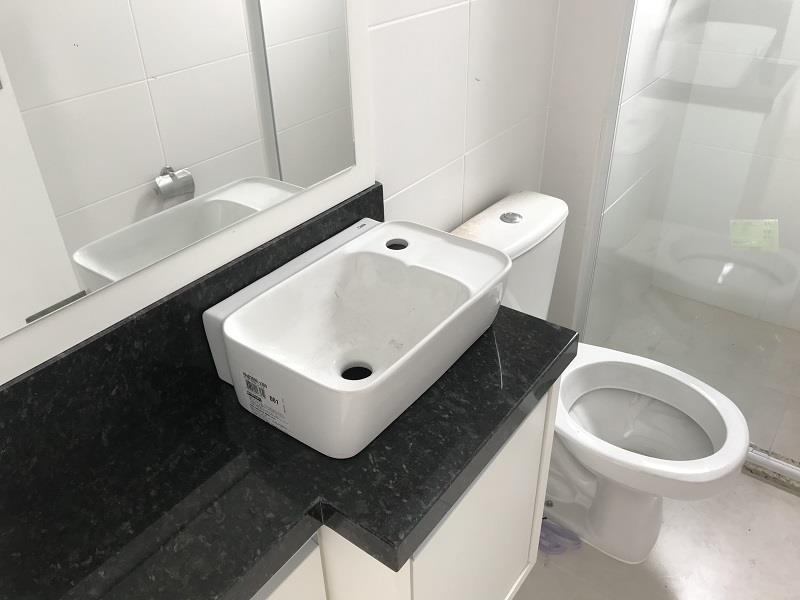 Banheiro Social com armário, espelho e box