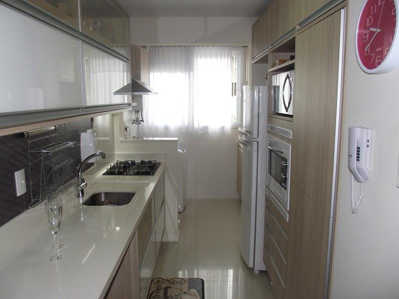 Cozinha fechada com armários planejados de ótima qualidade