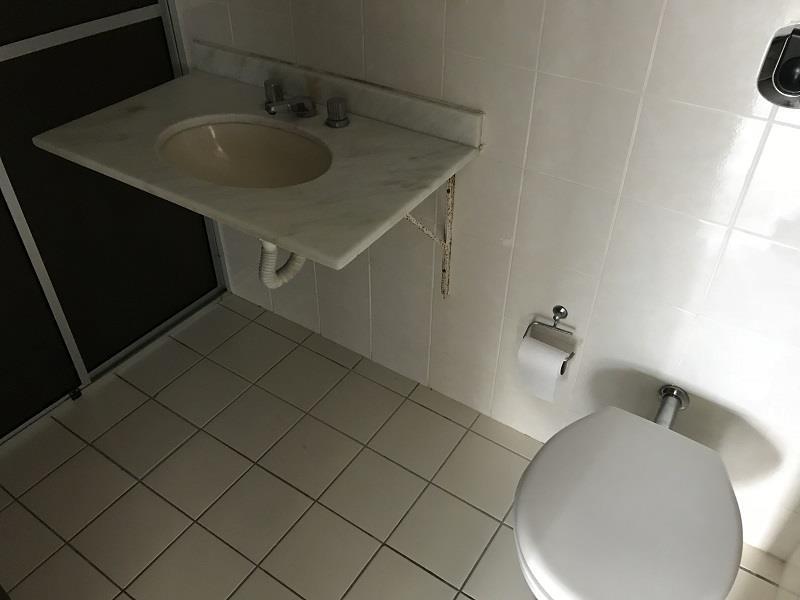 Banheiro social com bancada em granito e box.