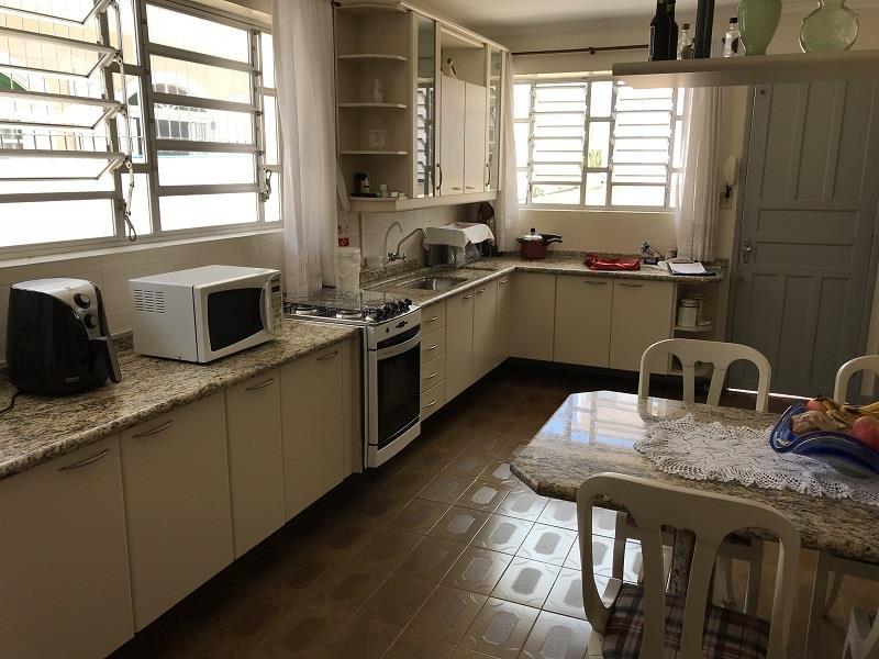Cozinha montada com geladeira e fogão