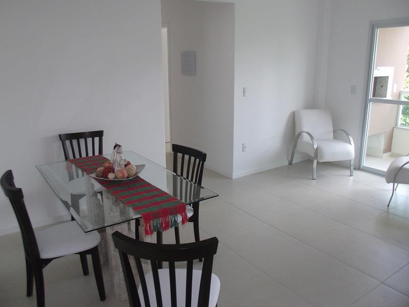 Sala ampla com mesa 4 cadeiras