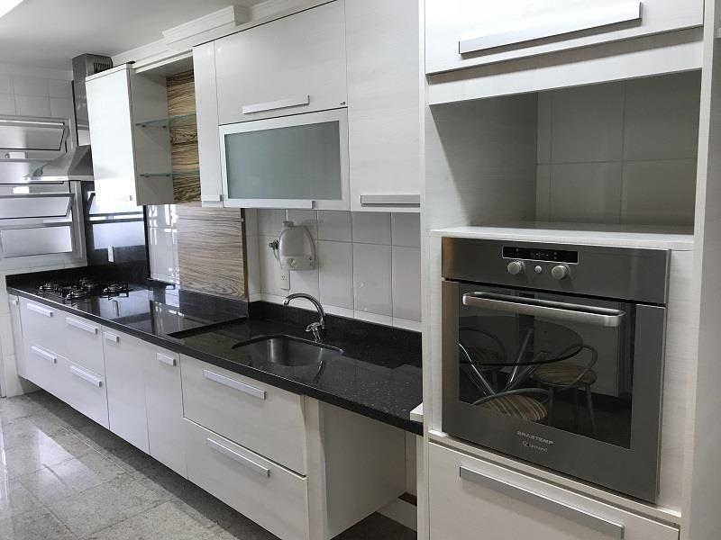 Cozinha com armários e acessórios