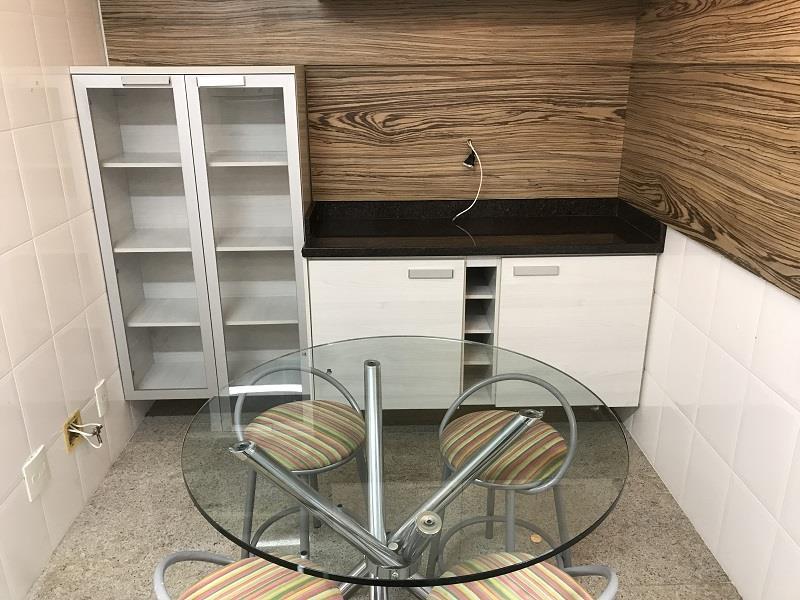 Cozinha com mesa e armários