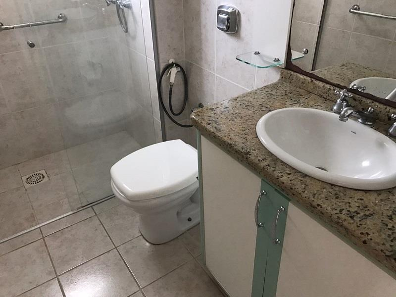 Banheiro Social com box em vidro, armário e espelho