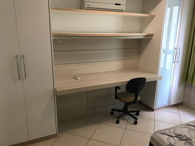 Quarto 02 com armário e bancada de trabalho