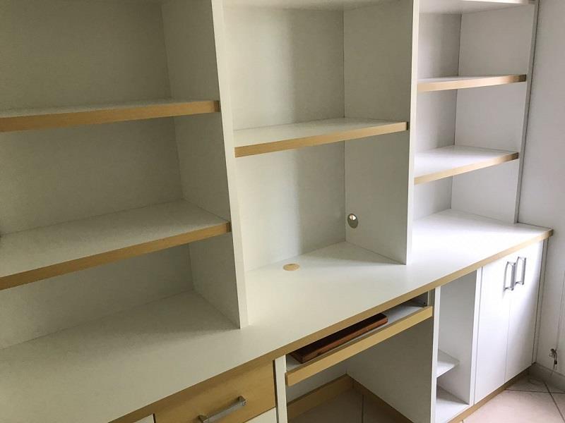 Quarto 01 com armários
