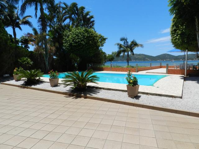 2. Piscina com vista para a lagoa da Conceição