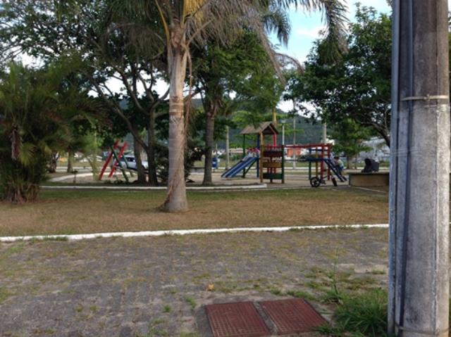 6. Área de lazer com parquinho para as crianças e academia ao ar livre para os adultos.