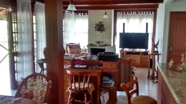 8. Sala bem decorada com madeiramento nobre