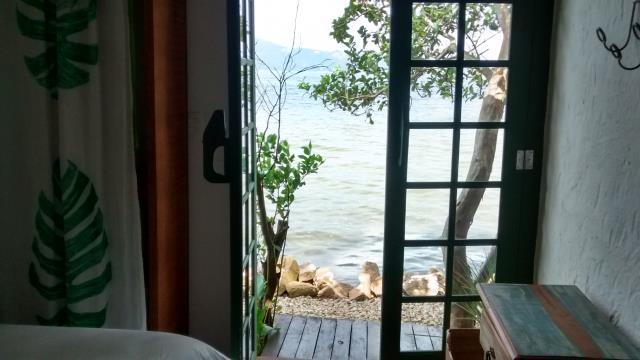 34. Kitnet com quarto, banheiro e sacada com acesso para a lagoa
