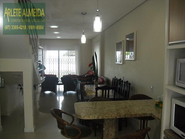 6 - sala de estar e cozinha casa beira mar perequê porto belo locação
