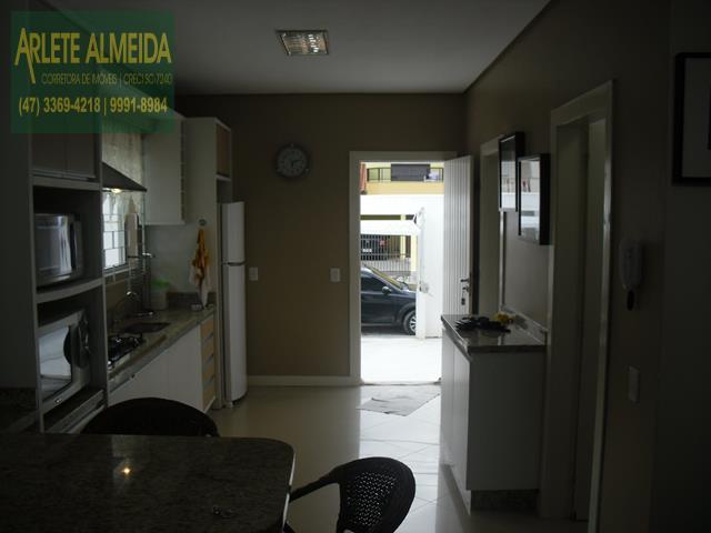 18 - entrada e cozinha casa beira mar perequê porto belo locação