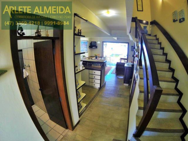 11 - acesso segundo andar casa locação perequê