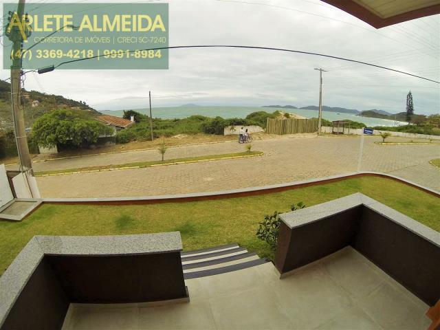 Casa-Codigo-384-a-Venda-no-bairro-Quatro-Ilhas-na-cidade-de-Bombinhas