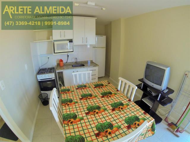 4 - sala conjugada com cozinha  locação bombinhas