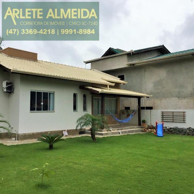 Casa Codigo 107 para Temporada no bairro Centro na cidade de Porto Belo