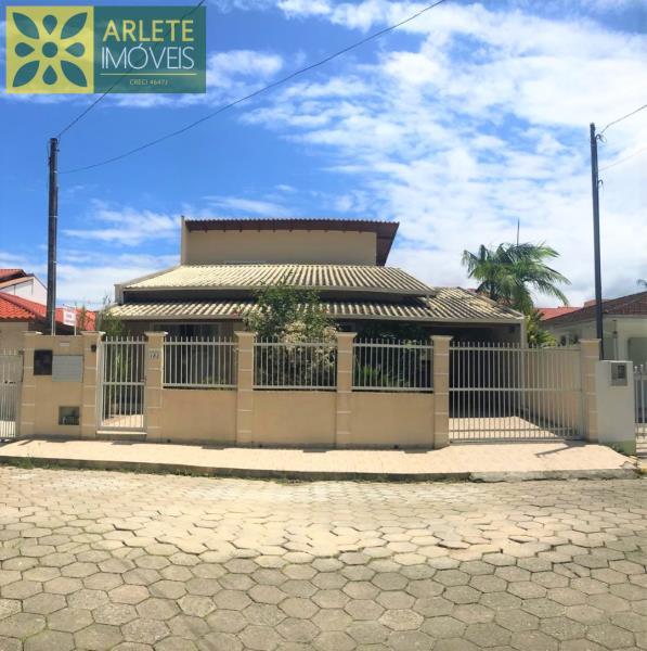 Casa Codigo 41 para Temporada no bairro Centro na cidade de Porto Belo
