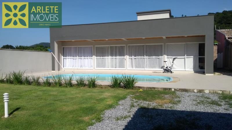 Casa Codigo 2081 a Venda no bairro-Centro na cidade de Porto Belo