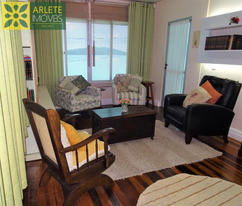 9 - sala de estar andar superior casa beira mar locação centro porto belo