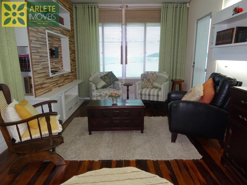 10 - sala de estar andar superior casa beira mar locação centro porto belo