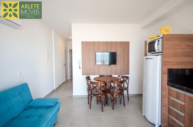 4 - sala e cozinha conjugados apartamento locação mariscal
