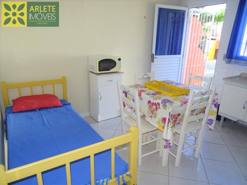 4 - living com cama de solteiro apartamento locação porto belo