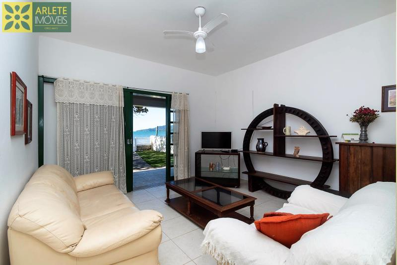 14 - sala de estar casa locação beira mar perequê