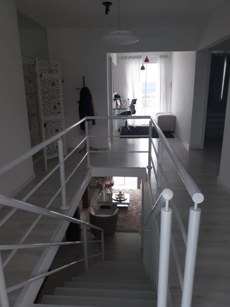 Alto das escadas e segundo piso em perspectiva