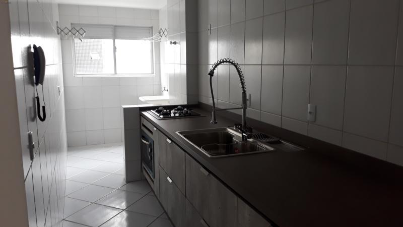 cozinha com balcao, fogao e forno ja incluso