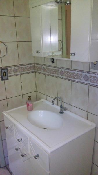 Banheiro mobiliado.
