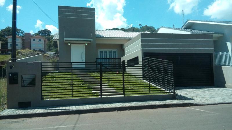 Linda residência localizada no Bairro Vitório Vêneto. Imóvel todo murado e cercado. Localização privilegiada, ótima posição solar. Próximo à escola, creche, posto do saúde e mercados.