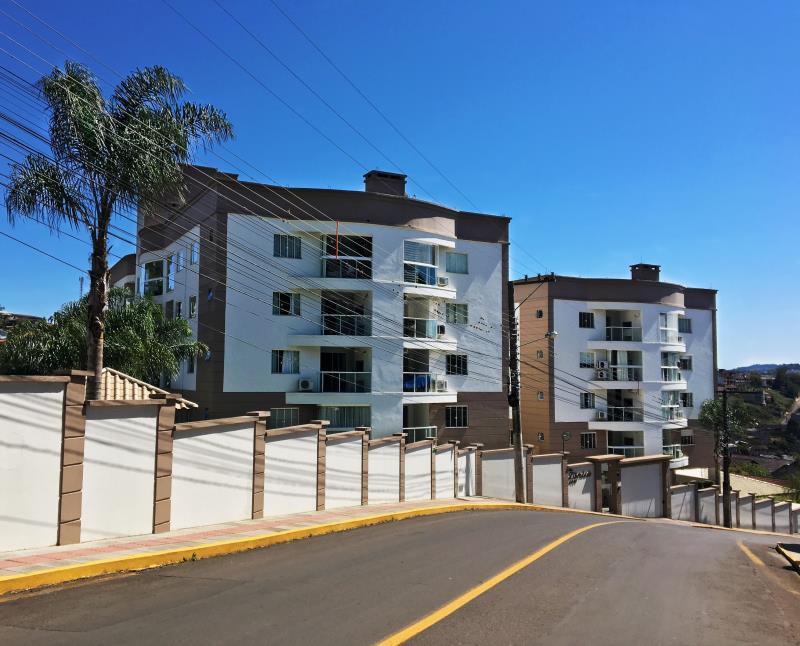 Disponível este incrível apartamento, localizado em um dos melhores Condomínios Residenciais da cidade.  Com acabamento impecável, em gesso e porcelanato, ótima insolação, claridade, com amplo espaço e para primeira locação.  Contém: 1 (um) Quarto; 1 (uma) Suíte; Banheiro social; Sala; Cozinha; Área de Serviço; Sacada com churrasqueira; 2 (duas) vagas de garagem coberta.  Condomínio; 2 (dois) Salões de festas temáticos e totalmente equipados; Piscina; Áreas com churrasqueiras externas; Play...