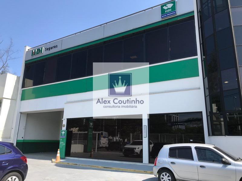 Av. das Américas - Alugo excelente loja (frente de rua) com 1.159 m2 divididos em 3 andares, terreno medindo 800m2, imóvel em localização.  Localização Loja situada em frente ao Barra Shopping, entre a Jaguar e o Banco Santander Select, de frente com a saída do retorno do Barra Shopping e retorno Península.  Quadro de áreas Térreo: 571,30m² Jirau: 112,40m² 2º Pavimento: 235,70 m² Cobertura área coberta: 117,25m² Cobertura área livre 122,32m² LIGUE AGORA E AGENDE UMA VISITA!           ...