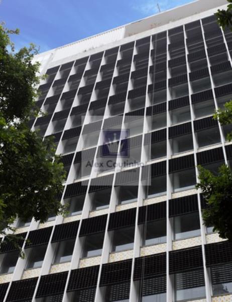 EDIFICIO JOÃO URSULO RIBEIRO COUTINHO -  O prédio assinado pelo arquiteto e urbanista Lúcio Costa, pioneiro da arquitetura modernista do Brasil, e responsável pelo Plano Piloto de Brasília é, agora, atualizado por meio de um retrofit feito sob medida para preservar um ícone do centro do Rio de Janeiro. Considerado um marco arquitetônico no coração do Rio de Janeiro, o edifício João Ursulo Ribeiro Coutinho está situado na Praça Pio X, ao lado da Igreja da Candelária.  A localização é um dos po...