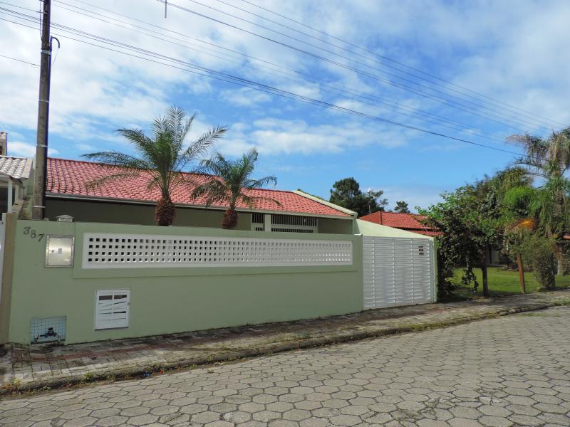 Casa-Codigo-249-para-Alugar-na-temporada-no-bairro-Bombas-na-cidade-de-Bombinhas