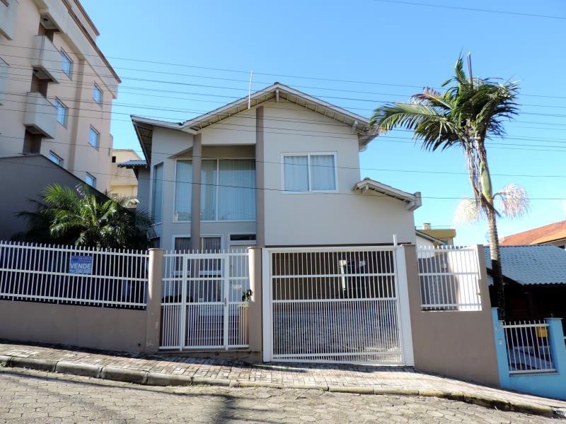 Casa-Codigo-591-a-Venda-no-bairro-Bombas-na-cidade-de-Bombinhas