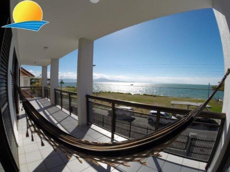 Casa com o Código 10015210 para alugar na temporada no bairro Canasvieiras na cidade de Florianópolis com 7 dormitorio(s) possui 4 garagem(ns) possui 6 banheiro(s)